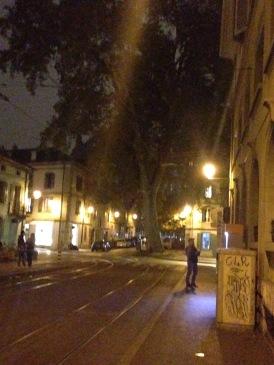 Arrêt du tram 'Armes' à Carouge par nuit.