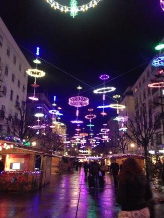 Rue de Mont Blanc, dimanche, le soir. Soit des lumières de Noël, soit des OVNIs... Mais trop cool! J'ai jamais vu des lumières comme celles-ci.