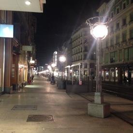 Rue du Marché, la rue principale de commerce, le soir.